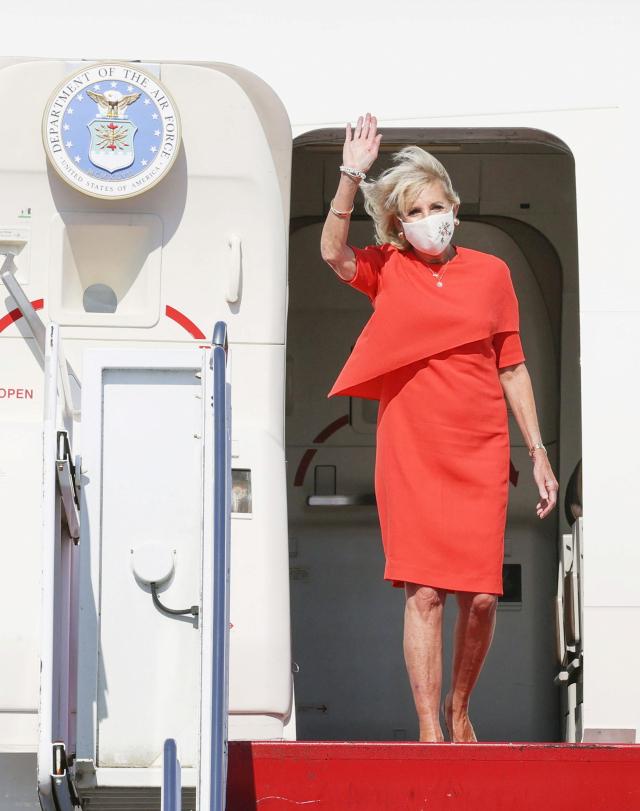 조 바이든 미국 대통령의 부인 질 여사가 도쿄 하계 올림픽 개막식에 참석하기 위해 일본의 야코타 공군기지에 도착하고 있다. 연합뉴스
