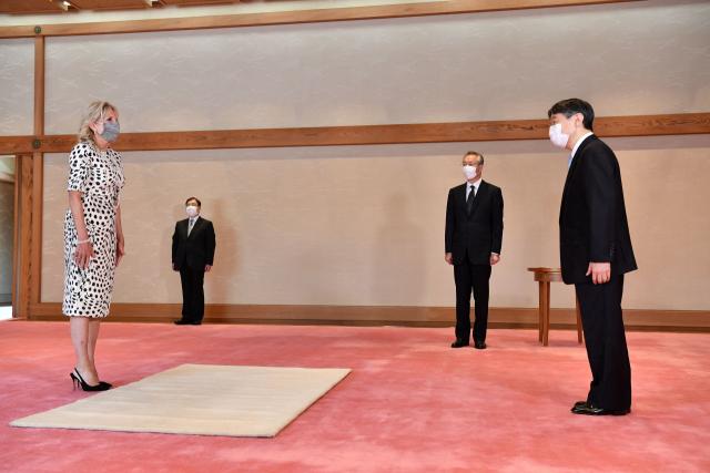 나루히토 일왕이 23일 도쿄 왕궁을 예방한 미국 대통령 부인 질 바이든 여사를 접견하고 있다. 질 여사는 도쿄올림픽 개막식 참석을 위해 전날 오후 일본에 도착했다. [일본 궁내청 제공] 연합뉴스