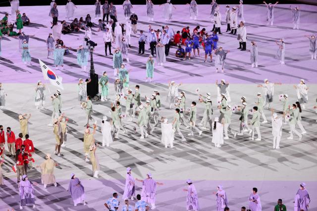 23일 일본 도쿄 올림픽스타디움에서 열린 2020 도쿄올림픽 개막식에서 한국 선수단이 입장하고 있다. 연합뉴스