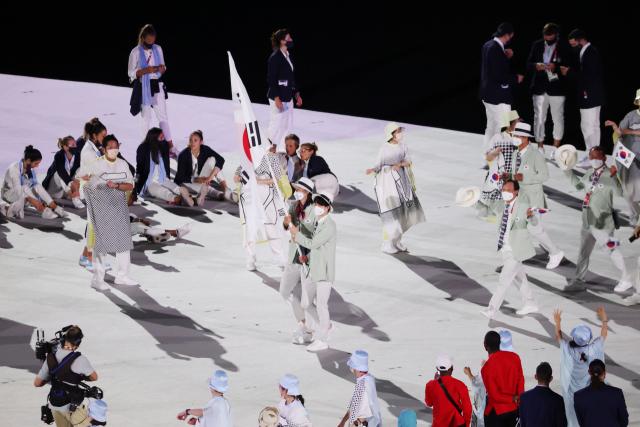 23일 일본 도쿄 올림픽스타디움에서 열린 2020 도쿄올림픽 개막식에서 대한민국 선수단이 입장하고 있다. 연합뉴스