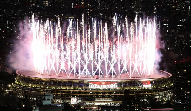 도쿄올림픽 개막식이 열린 23일 도쿄 '시부야 스카이' 건물에서 바라본 올림픽스타디움에서 화려한 불꽃이 터지고 있다. 연합뉴스
