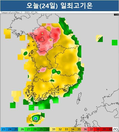 24일 기상청에 따르면 전국 대부분 지역에 폭염특보가 발효 중인 가운데 이날 낮 기온이 35도 안팎으로 오르면서 무더위가 이어졌다. 특히 서울은 낮 최고기온이 36.5도로 올해 들어 가장 더웠다. 사진은 24일 낮 최고기온 분포도. 연합뉴스
