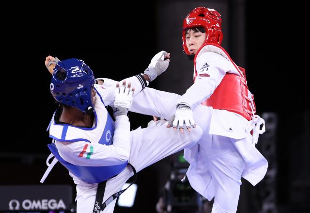 24일 일본 마쿠하리 메세 A홀에서 열린 도쿄올림픽 남자 태권도 58㎏급 동메달 결정전. 장준이 헝가리 살림 오마르를 상대로 경기를 펼치고 있다. 연합뉴스