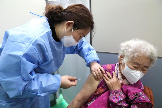 경북 의성군 백신접종센터에서 어르신이 코로나19 백신을 접종하고 있다. 의성군 제공