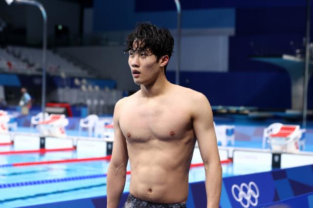 한국 황선우가 26일 일본 도쿄 아쿠아틱스 센터에서 열린 남자 자유형 200m 준결승을 마친 후 경기장을 나서고 있다. 연합뉴스