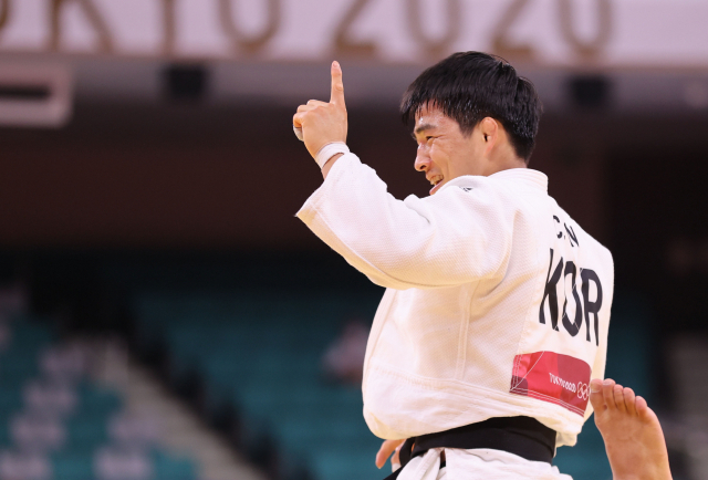 26일 일본 도쿄 지요다구 무도관에서 열린 도쿄올림픽 유도 남자 73kg급 8강전에서 안창림이 토하르 부트불(이스라엘)을 상대로 승리하며 준결승에 진출하고 있다. 연합뉴스