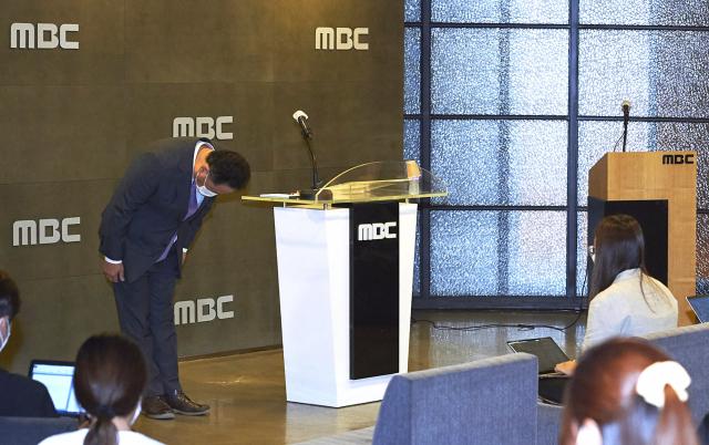 박성제 MBC 사장이 26일 오후 서울 마포구 상암동 MBC에서 열린 기자회견에서 개회식과 남자 축구 중계 등에서 벌어진 그래픽과 자막 사고 등에 대해 대국민 사과를 하고 있다. 연합뉴스