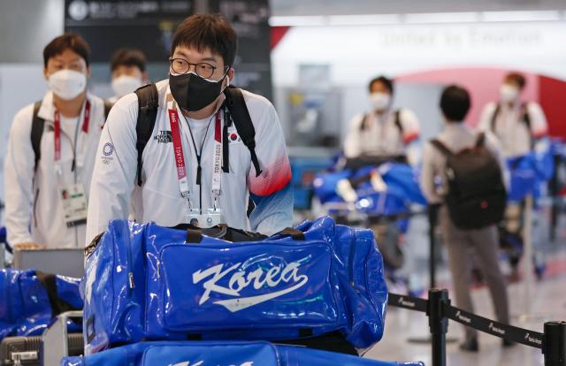 도쿄올림픽에 출전하는 한국 올림픽 야구 대표팀 김현수가 26일 일본 나리타 국제공항으로 입국해 이동하고 있다. 연합뉴스