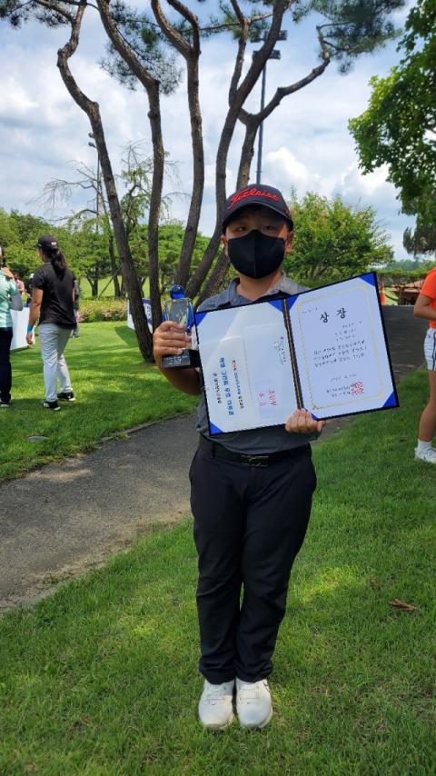23일 대구컨트리클럽에서 열린 제26회 경북도지사배 골프대회에서 초등부 우승을 차지한 이준서 군이 트로피와 상장을 들고 기념촬영을 하고 있다. 이준서 군 제공
