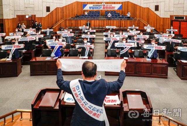 26일 대구문화예술회관에서 정부의 국립 이건희 미술관 서울 입지 결정 철회를 촉구하는 궐기대회가 진행되고 있다. '이건희미술관 대구유치 시민추진단'이 개최한 이날 궐기대회에는 대구지역 시민단체와 주요 기관장들이 모여 서울 건립 결정의 불공정성을 성토하고 공정한 절차에 따른 비수도권 대상 공모 추진을 촉구했다. 우태욱 기자 woo@imaeil.com