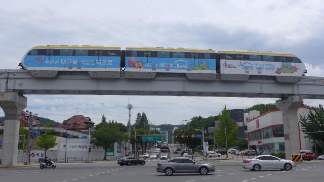 운행 중인 대구도시철도 3호선 열차에 대구형 배달앱 '대구로' 홍보이미지가 부착돼 있다. 인성데이타 제공
