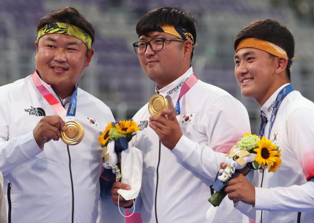 도쿄올림픽 남자 양궁 단체전에서 금메달을 차지한 김제덕(오른쪽부터), 김우진, 오진혁이 26일 유메노시마 공원 양궁장에서 시상식을 마치고 기념사진을 찍고 있다. 연합뉴스