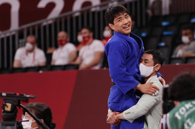26일 일본 도쿄 지요다구 무도관에서 열린 도쿄올림픽 유도 남자 73kg급 동메달 결정전에서 안창림이 루스탐 오루조프(아제르바이잔)에게 승리를 거두며 동메달을 획득 한 후 송대남 코치와 포옹을 하고 있다. 연합뉴스