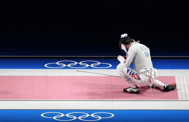 26일 마쿠하리 메세홀에서 열린 도쿄올림픽 펜싱 남자 플뢰레 개인 32강전에서 한국 이광현이 러시아올림픽위원회의 키릴 보로다체프에게 14대15로 역전패를 당한 뒤 아쉬워하고 있다. 연합뉴스