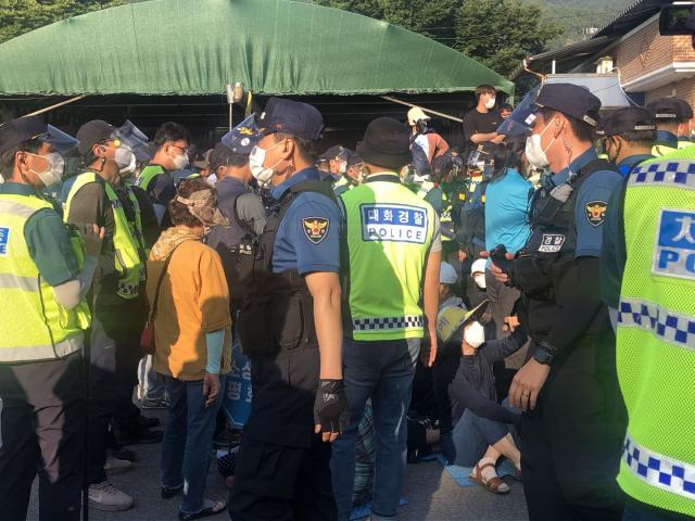 사드 반대 측과 이들를 해산시키려는 경찰이 뒤엉켜 있다. 27일 사드 반대 시위에는 소성리 일부 주민과 민주노총 회원 등 60여명이 참가했다. 독자 제공