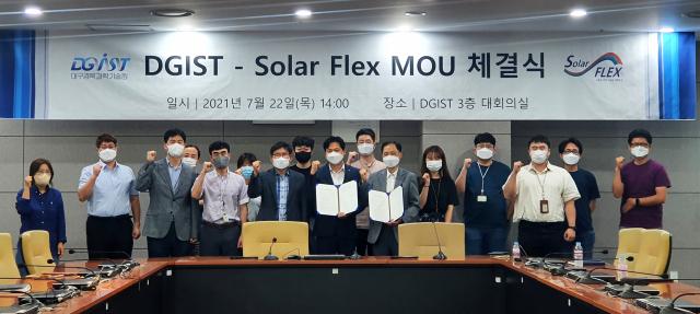 대구경북과학기술원(DGIST) 박막태양전지연구센터와 ㈜솔라플렉스가 플렉시블 CZTS계 박막태양전지 기술 상용화를 위한 업무협약을 체결하고 있다. 대구경북과학기술원 제공