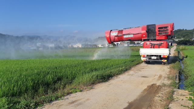쌀농가의 효자로 불리는 광역살포기가 경북 의성군 구천면 들녘에서 병충해 공동 방제에 나서고 있다. 의성군 제공