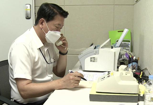 남북 간 통신연락선이 복원된 27일 오전 통일부 연락대표가 서울 남북공동연락사무소에 설치된 남북 직통전화로 북측과 통화하고 있다. 연합뉴스