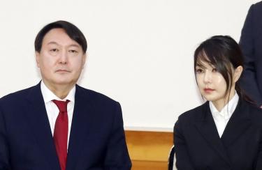 2019년 7월 25일 윤석열 신임 검찰총장(왼쪽)과 부인 김건희 씨가 청와대에서 열린 임명장 수여식에 자리하고 있다. 연합뉴스