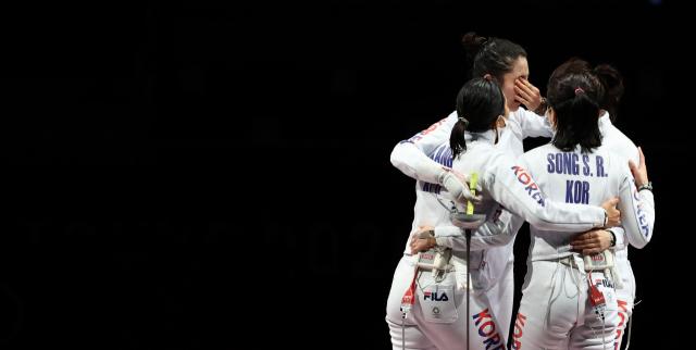 27일 일본 지바 마쿠하리 메세B홀에서 열린 도쿄올림픽 펜싱 여자 에페 단체 대한민국 대 에스토니아 결승전에서 패해 은메달을 딴 한국 선수들이 최인정 선수를 위로하고 있다. 연합뉴스