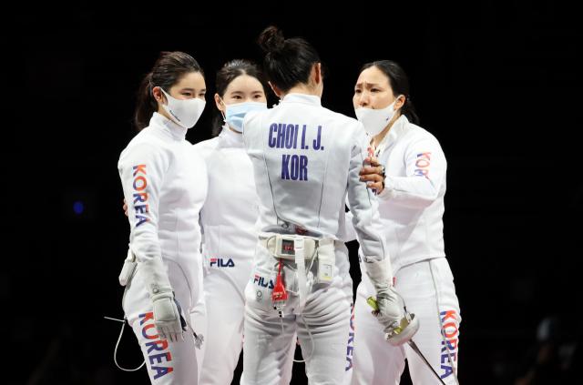 일본 지바 마쿠하리 메세B홀에서 열린 도쿄올림픽 펜싱 여자 에페 단체 대한민국 대 에스토니아 결승전. 한국 여자 에페 단체 선수들이 이날 경기에서 에스토니아에 패하며 은메달을 획득한 뒤 서로를 격려하고 있다. 연합뉴스