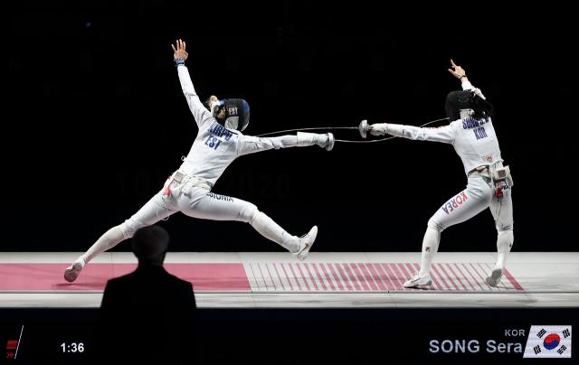 27일 일본 지바 마쿠하리 메세B홀에서 열린 도쿄올림픽 펜싱 여자 에페 단체 대한민국 대 에스토니아 결승전. 한국 송세라가 에스토니아 에리카를 공격해 득점에 성공하고 있다. 연합뉴스