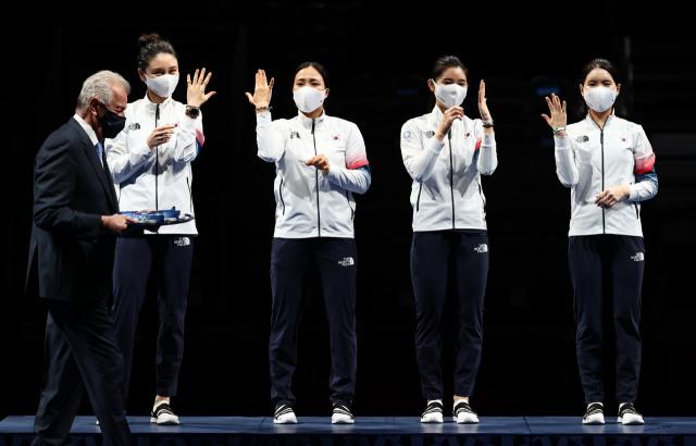 27일 일본 지바 마쿠하리 메세B홀에서 열린 도쿄올림픽 펜싱 여자 에페 단체에서 은메달을 딴 대한민국 선수들이 시상대에 올라 손을 들어 보이고 있다. 연합뉴스