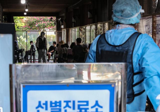 24일 오전 서울 송파구 송파구보건소에 마련된 신종 코로나바이러스 감염증(코로나19) 선별진료소에서 시민들이 검사를 받기 위해 대기하고 있다. 중앙방역대책본부는 이날 0시 기준으로 신규 확진자가 1천629명 늘어 누적 18만7천362명이라고 밝혔다. 특히 수도권의 확산세가 지속 중인 상황에서 최근 들어 비수도권의 환자 발생도 눈에 띄게 증가하면서 전국적 대유행 가능성이 점점 커지고 있다. 연합뉴스