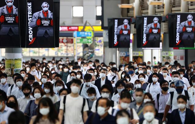 하계올림픽이 열리고 있는 일본 수도 도쿄의 시나가와역에서 28일 신종 코로나바이러스 감염증(코로나19) 예방 마스크를 쓴 시민들이 역 구내를 걸어가고 있다. 전날 일본 전역의 코로나19 하루 확진자 수는 7천629명으로 집계됐으며, 이 중 60.3%인 4천604명이 도쿄도(都)와 가나가와·지바·사이타마현(縣) 등 수도권 4개 광역자치단체가 차지한 것으로 나타났다. 현지 언론은 수도권에서 코로나19가 급증함에 따라 지난 12일 도쿄도에 발령된 긴급사태가 수도권 전체로 확대될 가능성이 높다고 보도했다. 연합뉴스