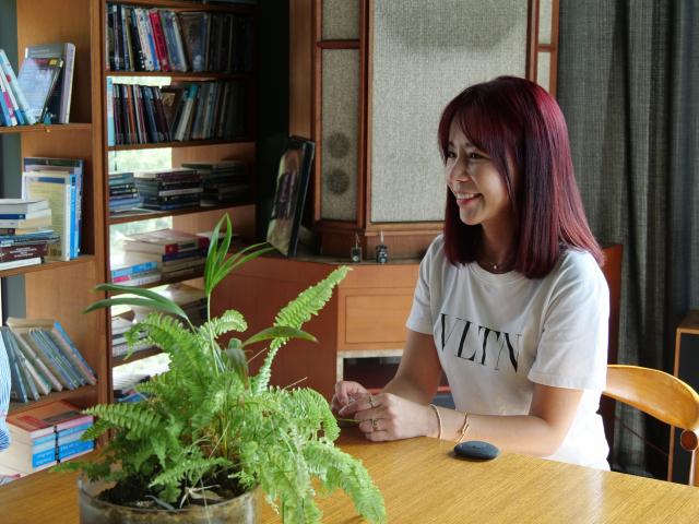 작년 대구 동구에 치킨집 '신이 내린 닭'을 오픈하고, 더 왕성한 활동을 하고 있는 배우 신이. 한지현 기자 jihyeonee@imaeil.com