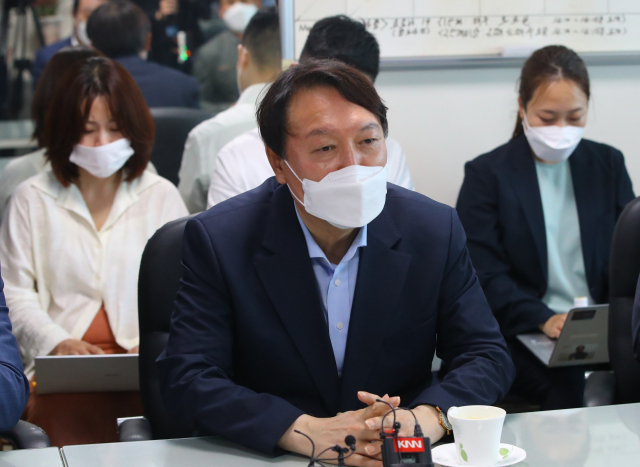 윤석열 전 검찰총장이 27일 오후 부산 중구 자갈치시장을 방문해 상인들과 간담회를 가지고 있다. 연합뉴스