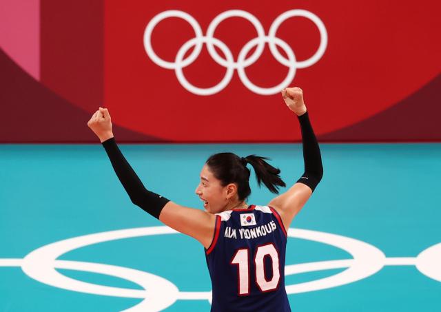 25일 도쿄 아리아케 경기장에서 열린 도쿄올림픽 여자 배구 한국과 브라질의 경기. 한국 김연경이 득점한 후 기뻐하고 있다. 연합뉴스