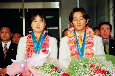 시드니올림픽에서 금메달을 목에 걸고 돌아온 김수녕과 장용호 선수. 예천군 제공