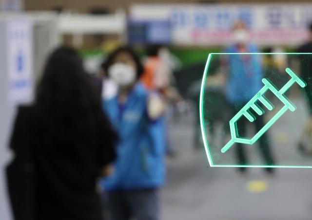 29일 서울 동작구 예방접종센터가 설치된 사당종합체육관의 접종실에 주사기 모양의 조명이 들어와 있다. 국내 신종 코로나바이러스 감염증 백신 1차 접종자는 전날 47만7천853명 늘어, 국내 누적 1차 접종자는 총 1천838만2천137명을 기록했다. 전체 인구(작년 12월 기준 5천134만9천116명)의 35.8%에 해당한다. 연합뉴스