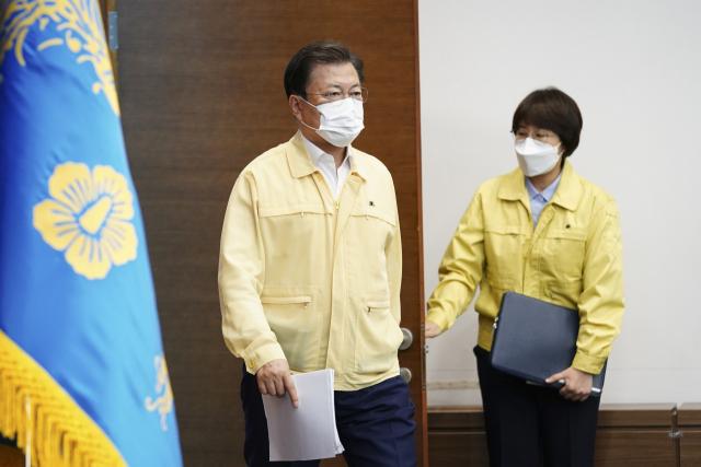 문재인 대통령이 29일 청와대에서 열린 민생경제장관회의에 참석하고 있다. 연합뉴스