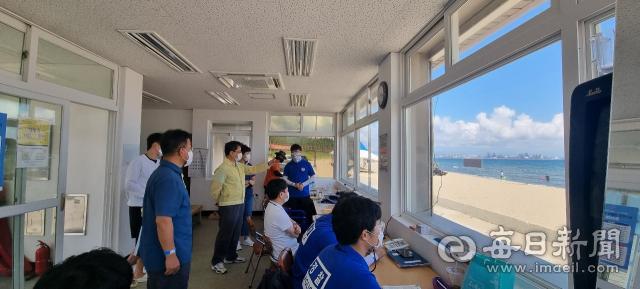 경북도 동해안발전본부 관계자들이 7월29일 포항 도구해수욕장을 찾아 코로나19 방역 상황을 점검하고 있다. 포항시 제공