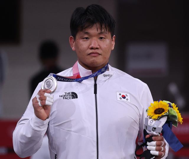 29일 일본 도쿄 무도관에서 도쿄올림픽 유도 남자 -100kg급에서 은메달을 차지한 조구함이 은메달을 들어보이고 있다. 연합뉴스