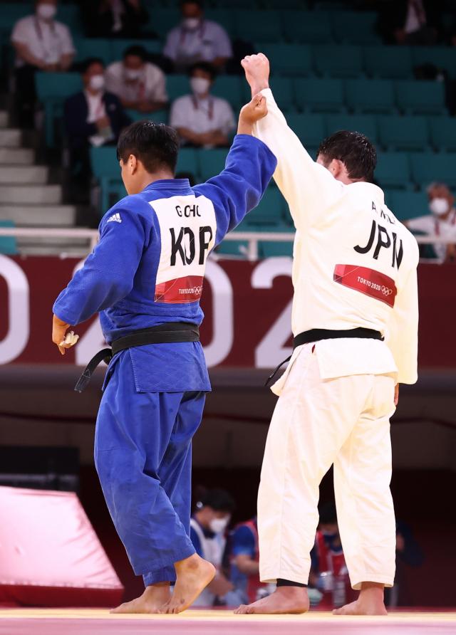 29일 일본 도쿄 무도관에서 열린 도쿄올림픽 유도 남자 -100 kg급 결승 경기에서 한국 조구함이 일본 에런 울프를 상대로 패한 뒤 울프의 손을 들어주고 있다. 연합뉴스