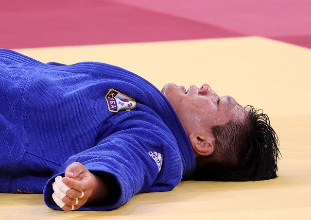 조구함이 29일 일본 도쿄 무도관에서 열린 도쿄올림픽 유도 남자 -100kg급 결승 경기에서 일본 에런 울프에게 패한 뒤 아쉬워하고 있다. 연합뉴스