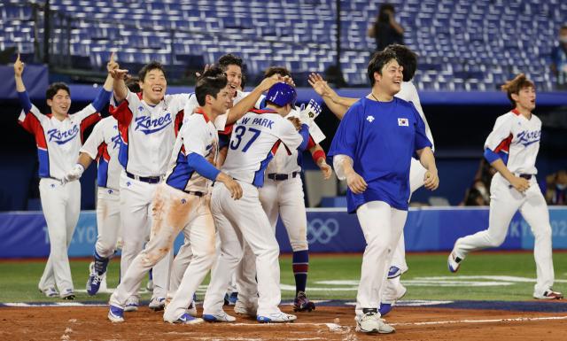 29일 일본 요코하마 스타디움에서 열린 도쿄올림픽 야구 B조 조별리그 1차전 한국과 이스라엘의 경기. 10회말에 6대5로 승리한 김현수, 오지환 등 한국 선수들이 환호하고 있다. 연합뉴스