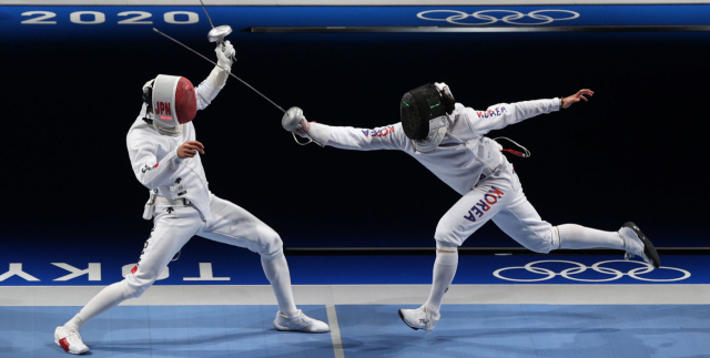 25일 일본 마쿠하리 메세홀에서 열린 도쿄올림픽 펜싱 남자 에페 16강 한국 박상영-일본 미노베. 박상영 15-6 승리. 박상영이 찌르기 공격을 하고 있다. 연합뉴스
