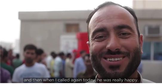 가족의 목소리를 듣고 행복해하는 노동자들의 인터뷰. 코카콜라 유튜브 채널