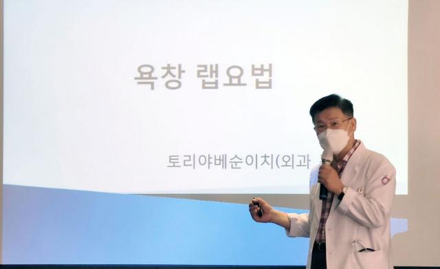 김관섭 외과전문의가 '욕창 랩 요법'을 발표하고 있다. 명품요양병원 제공