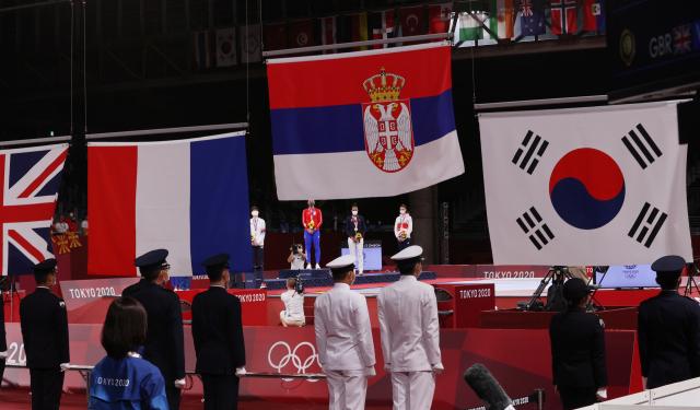 한국 태권도가 올림픽 사상 처음으로 '노 골드'에 그치면서 종주국의 체면을 구겼다. 지난달 27일 열린 2020 도쿄 올림픽 태권도 여자 67kg 초과급 시상식에서 금메달을 딴 세르비아 국기와 태극기 등 메달 국가들의 국기가 게양되고 있다. 연합뉴스