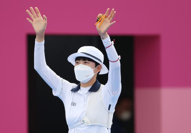 안산이 30일 일본 유메노시마 공원 양궁장에서 열린 도쿄올림픽 양궁 여자 개인전 준결승에서 미국의 매켄지 브라운을 상대로 경기를 펼치기 앞서 인사하고 있다. 연합뉴스