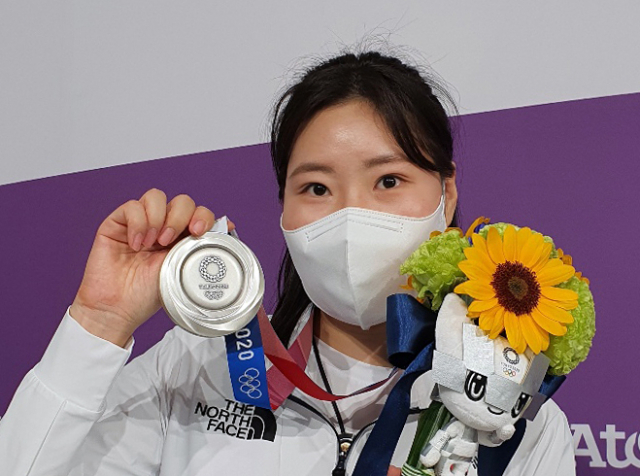 김민정이 30일 일본 도쿄 아사카 사격장에서 열린 도쿄올림픽 사격 여자 25m 권총 시상식에서 은메달을 보여주고 있다. 연합뉴스