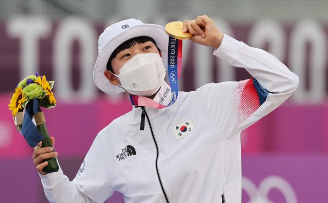 올림픽 금메달 3관왕에 오른 안산이 30일 일본 유메노시마 공원 양궁장에서 열린 도쿄올림픽 양궁 여자 개인전 시상식에서 금메달을 보여주며 기뻐하고 있다. 연합뉴스