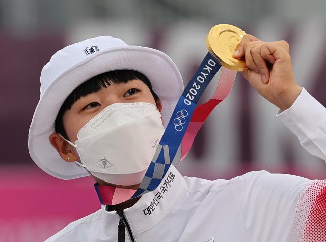 안산이 30일 일본 유메노시마 공원 양궁장에서 열린 도쿄올림픽 양궁 여자 개인전 결승 시상식에서 금메달을 들어보이고 있다. 연합뉴스