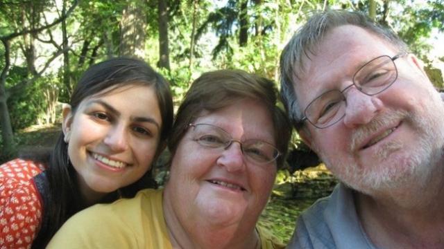 노먼 바윈을 상대로 소송을 건 레베카 딕슨(왼쪽). 그는 가족에게는 없는 질병을 앓고 나면서 자신의 생물학적 아버지가 노먼 바윈인 것을 알게됐다. 해외 온라인커뮤니티 캡쳐