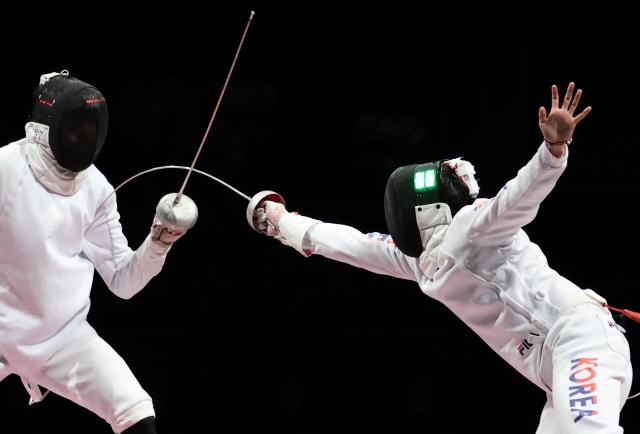 박상영이 30일 일본 마쿠하리메세 홀에서 열린 도쿄올림픽 펜싱 남자 에페 단체 동메달 결정전에서 중국 선수를 상대로 득점에 성공하고 있다. 연합뉴스